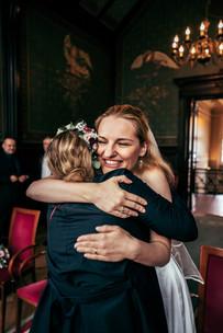 Fröhliche Braut nach der Hochzeit