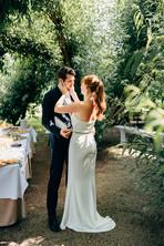 Erleichtertes Brautpaar nach der Trauung
