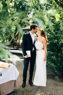 Hochzeitspaar küsst sich nach der Trauung