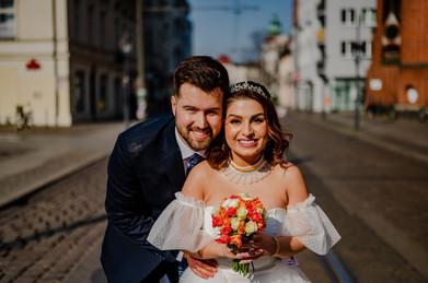 Fröhliches Brautpaar am Standesamt Köpenick