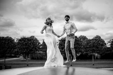 Hochzeitspaar auf der Hüpfburg im Schlosspark Brandenburg