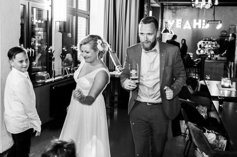 Brautpaar tanzt ausgelassen auf der Party