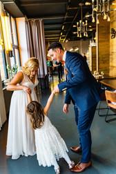 Brautpaar tanzt mit Tochter