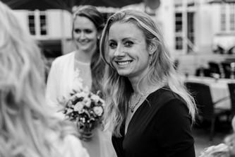 Fröhlicher Hochzeitsgast auf der Feier