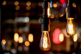 Stylische Lampen und bunte Lichter