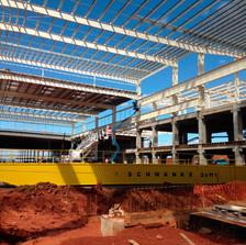 Execução de estruturas metálicas e de concreto. Uso de estruturas mistas, para atender as exigências do processo fabril.