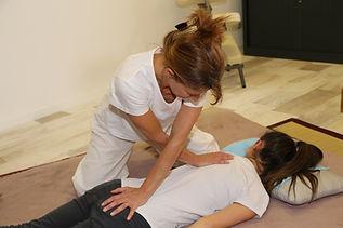 étirement musculaire lors d'une séance de shiatsu