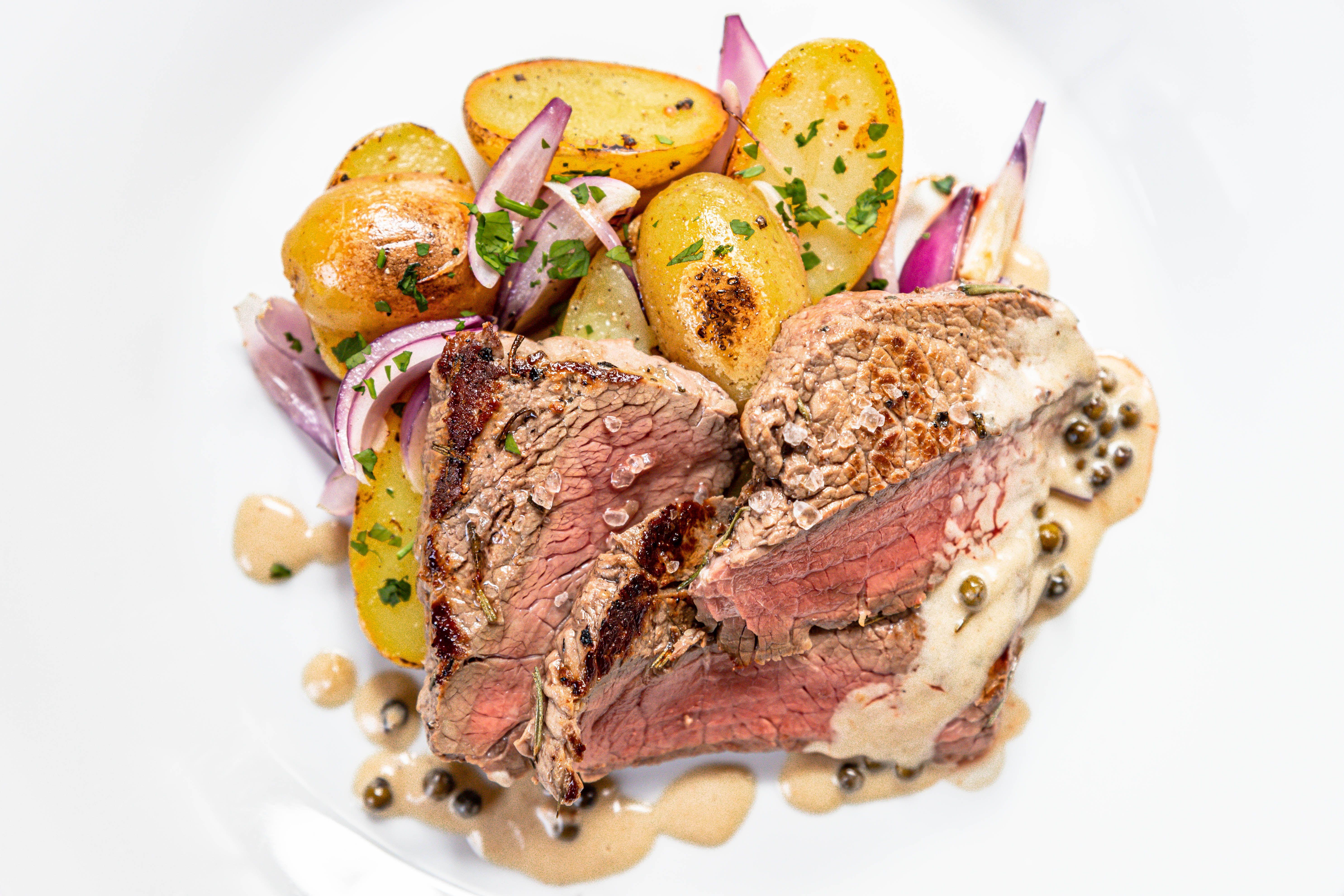 HOvězí filírovaný steak s pečenými raté bramborami a pepřovou omáčkou