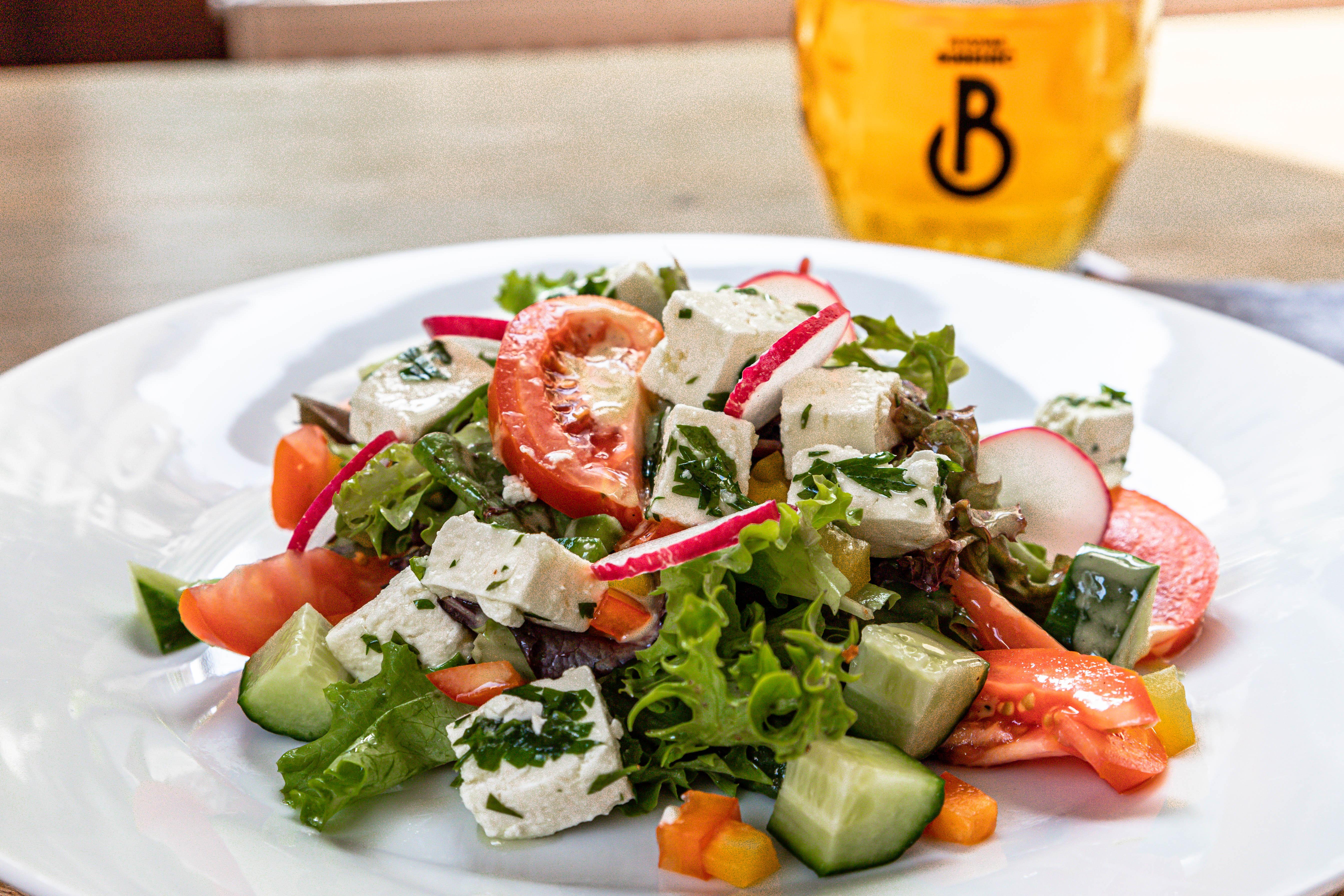 Zeleninový salát s vinagretem a marinovaným sýrem