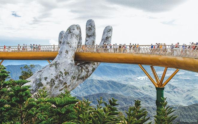 the-golden-bridge-in-danang-the-giant-ha