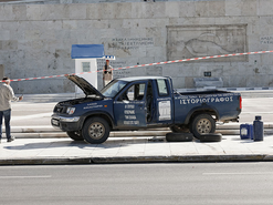 Man drives pick up truck in front of Parliament, threatens to detonate bomb