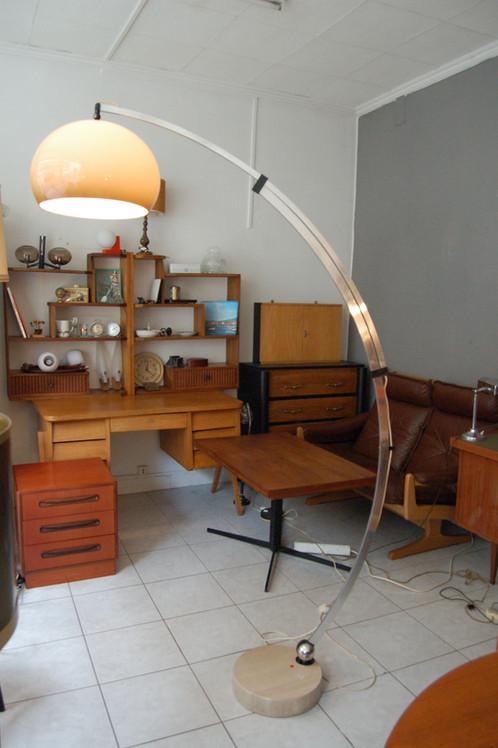 vendu lampadaire arc ann es 70 guzzini choses vues mobilier vintage paris. Black Bedroom Furniture Sets. Home Design Ideas