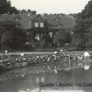 08-W-UNI-ARCH-30-Gutshaus-mit-Teich