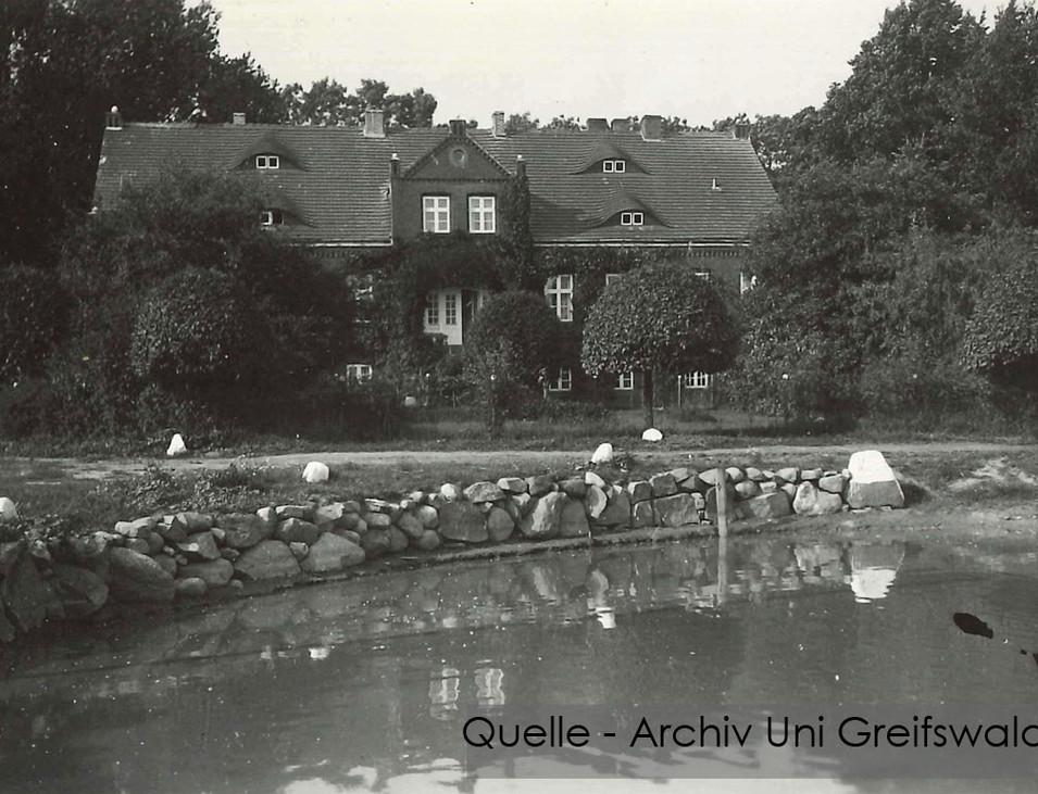 08-W-UNI-ARCH-30-Gutshaus-mit-Teich-K-60