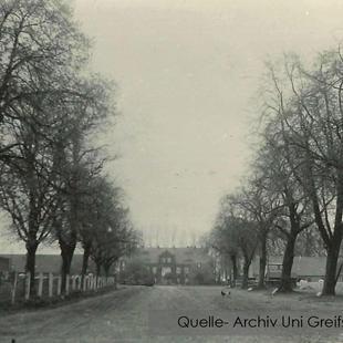 08-W-UNI-ARCH-21-Zufahrt-Gutshaus-1945
