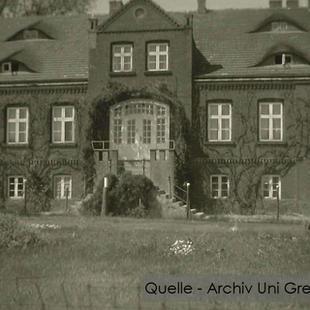 08-W-UNI-ARCH-14-Gutshaus-bewachsen