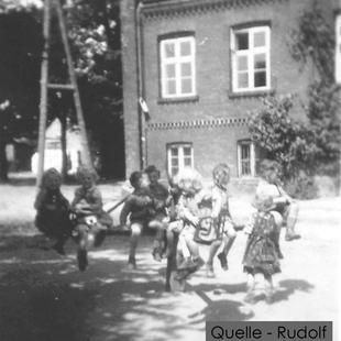 02-W-RU-05-Gutshaus-mit-Kinderkarussel