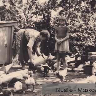 19-N-MASK-12 Dorfleben Hühner füttern