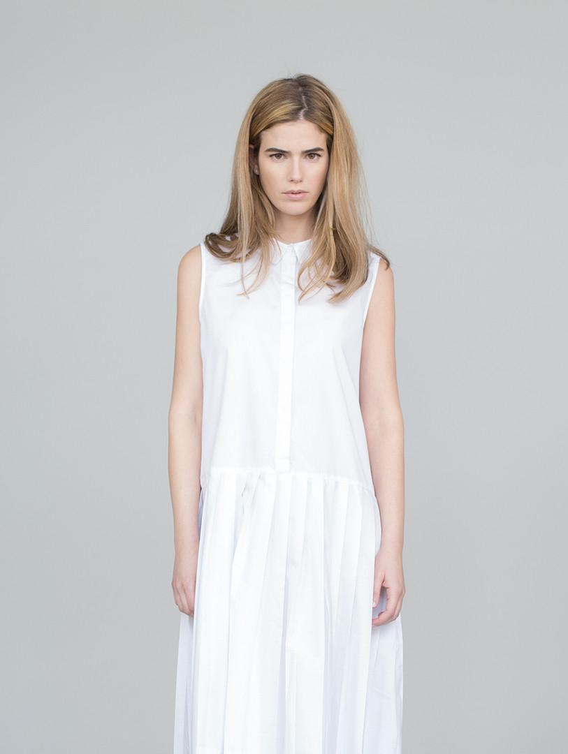 白いドレスでモデル