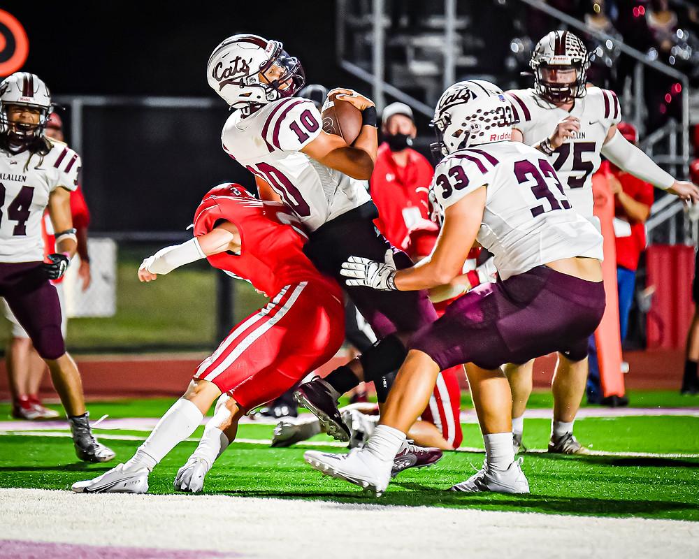 Calallen's Terik Hickmon on his 11 yard touchdown run in the 4Q. Photographer - Mike Quintero