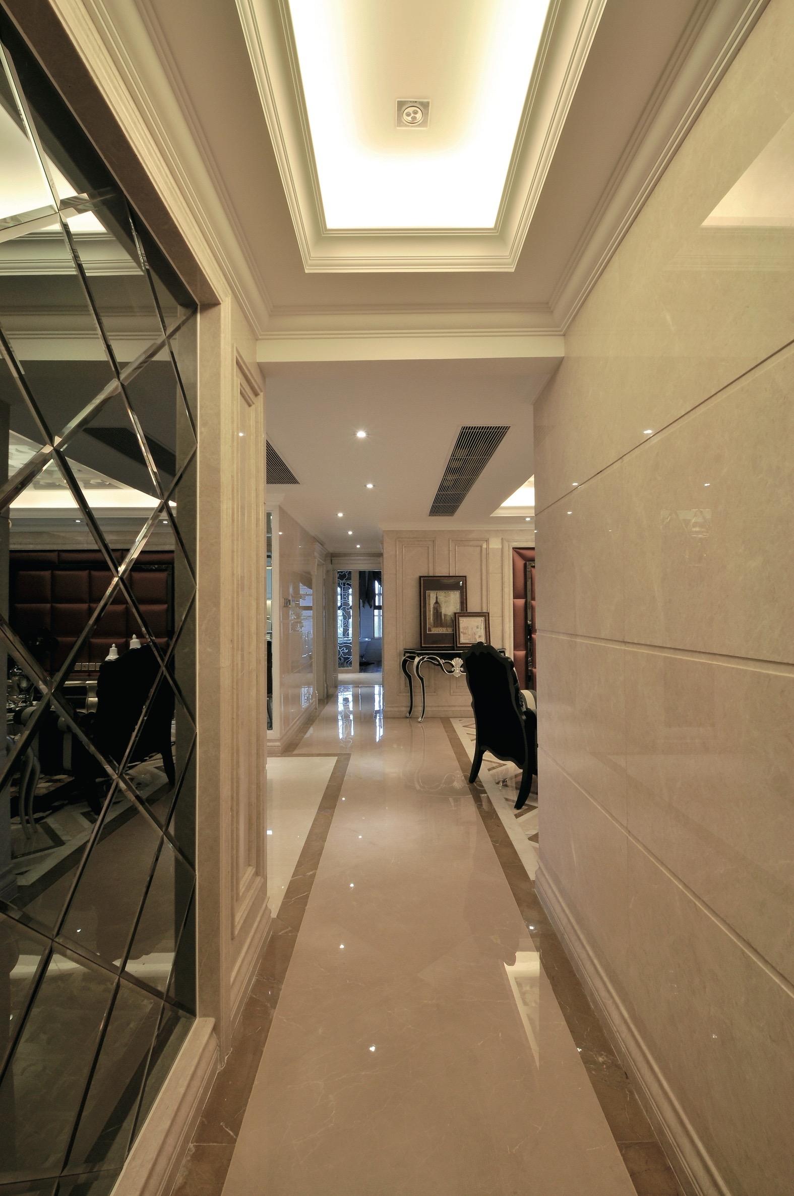зеркальное панно в коридоре