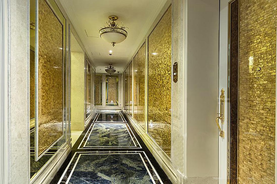 интерьер с золотым зеркалом