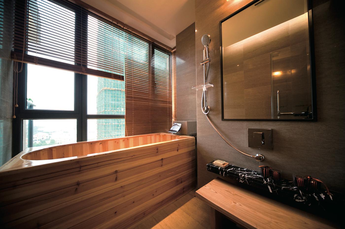 зеркало в раме для ванной комнаты