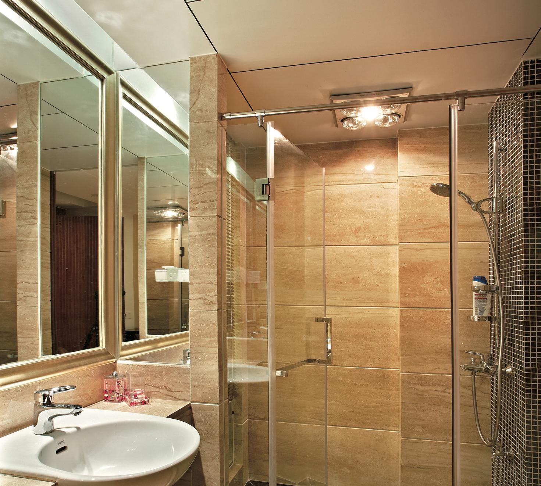 зеркало в плитке для ванной