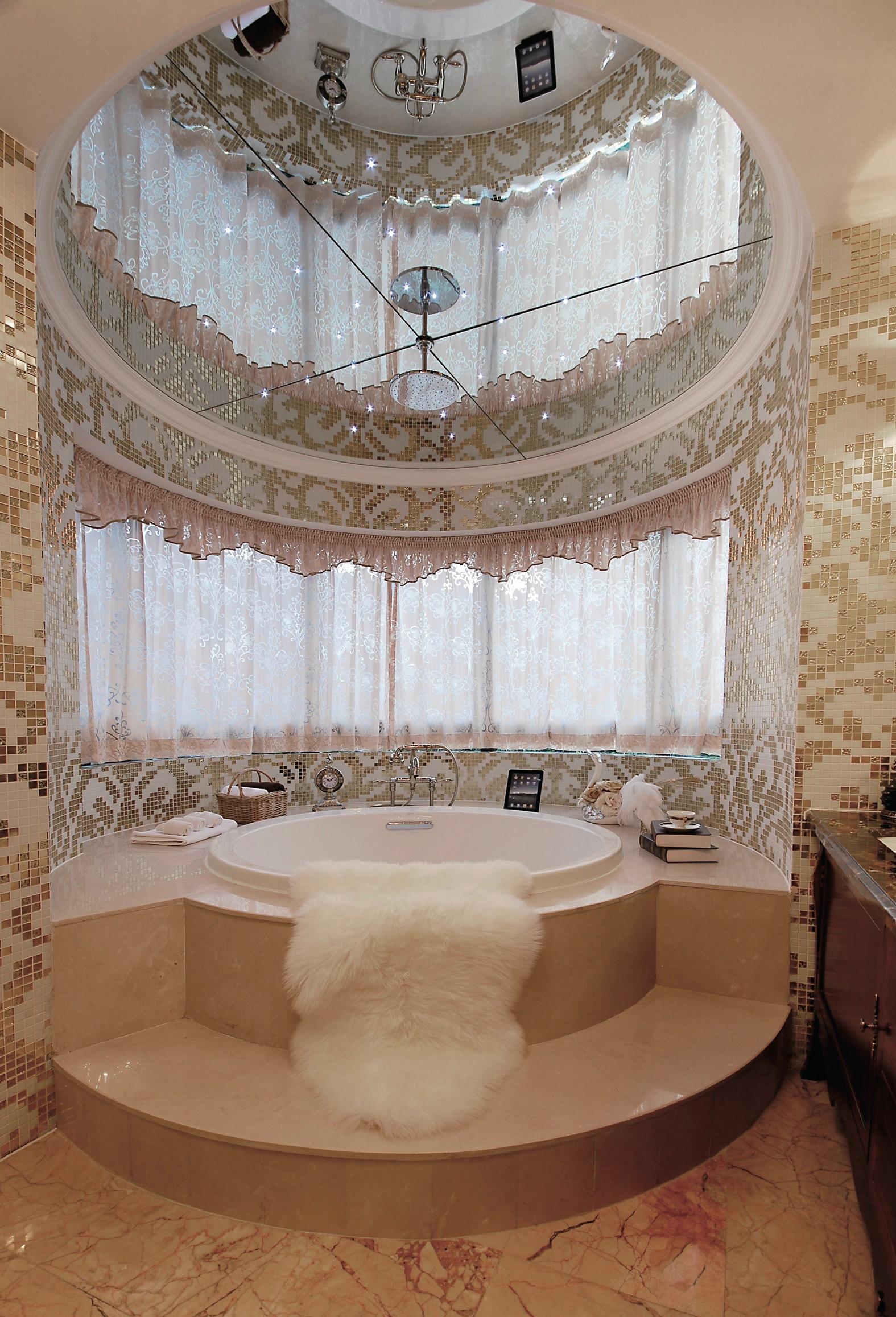круглое зеркало на потолке в ванной