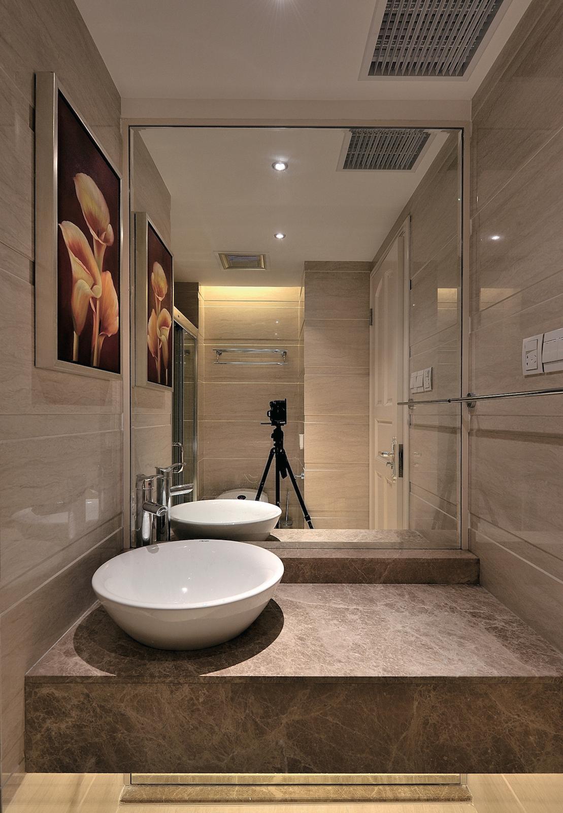 зеркало в плитке ванной комнаты