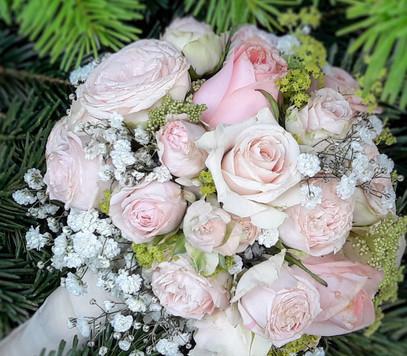Brautstrauss mit rosa Rosen & Schleierkraut