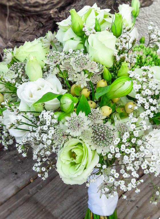 Leichter, lockerer Brautstrauß mit Alstro, Hypericum Schleierkraut, Astrantien