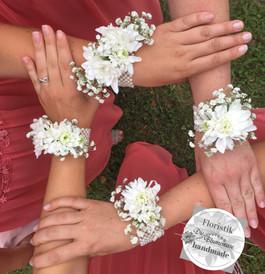 Blumenarmbändchen für die Brautjungfern