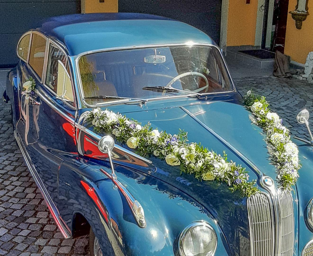 Oltimer mit Blumengirlande gesschmückt