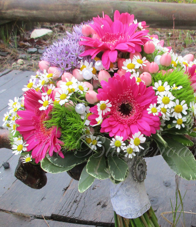 kompakter Brautstrauß in Pink