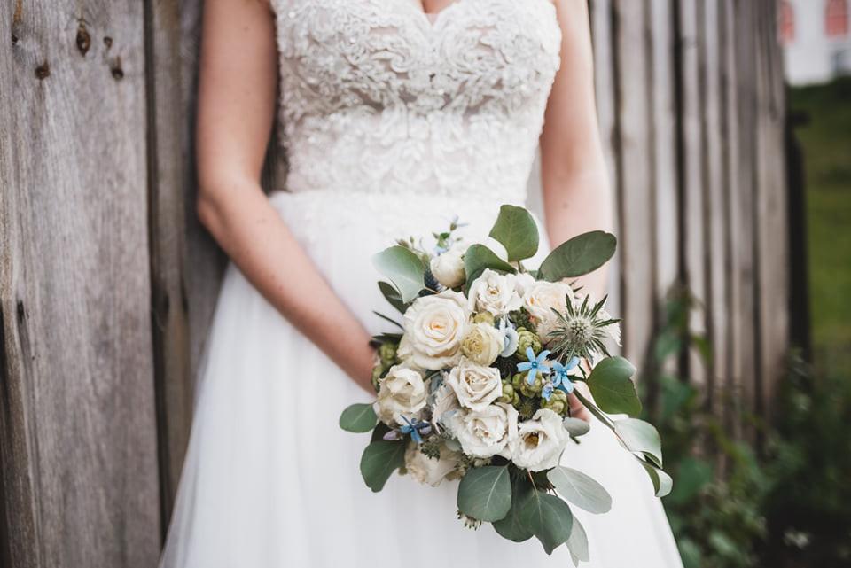 Assymetrischer  Brautstrauß mit hellblauen akzent