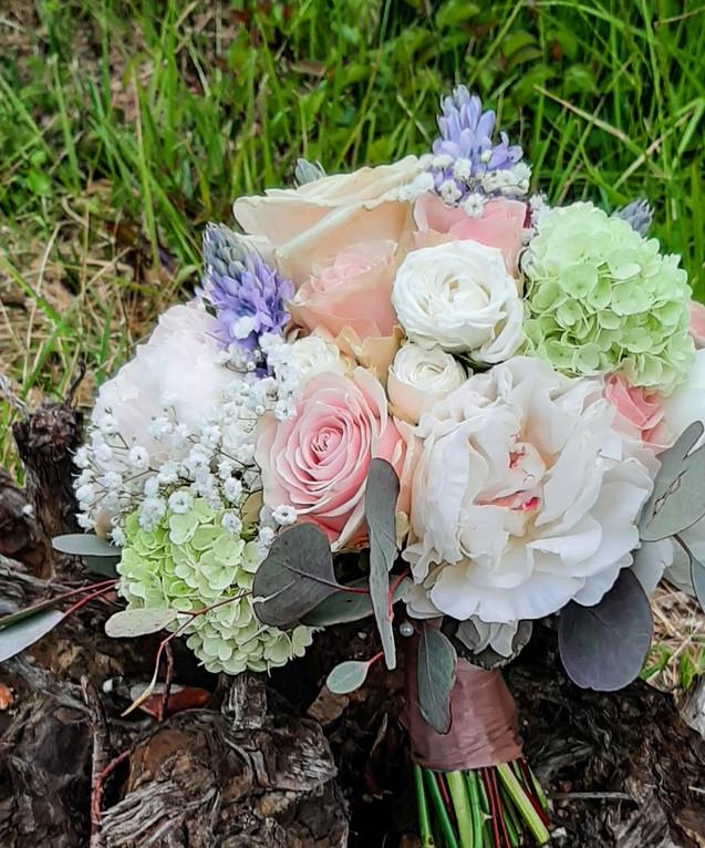 Brautstrauß in zartrose, hellgrün und hellblau
