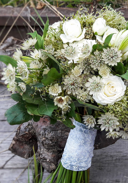 Natürlicher Brautstrauß in creme weiss