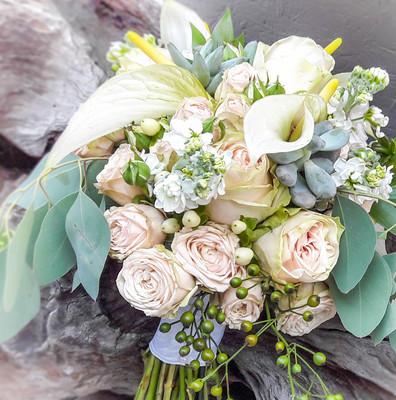 Brautstrauß mit Anthurien, Rosen, Levkojen, Eucalyptus Calla