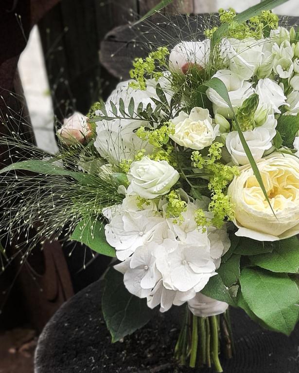 Brautstrauß in creme Tönen, Hortensie, Rosen, Alchemilla, gefüllte Rose