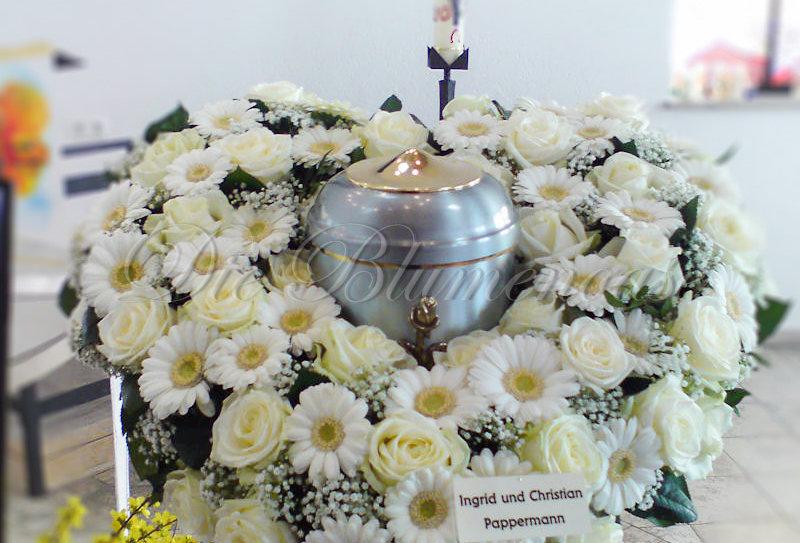 Blumenherz für Urnenbeisetzung