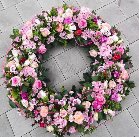 Trauerkranz rundgesteckt in rosa tönen
