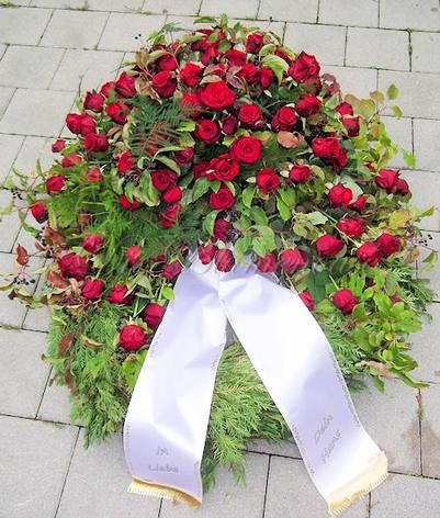 Trauerkanz mit Freilandrosen in Rot