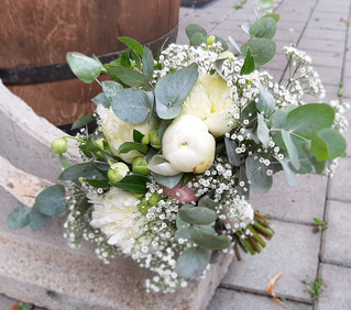 Aufgelockerter Brautstrauß mit Eucalypthus, Schleierkraut & PFingstrosen
