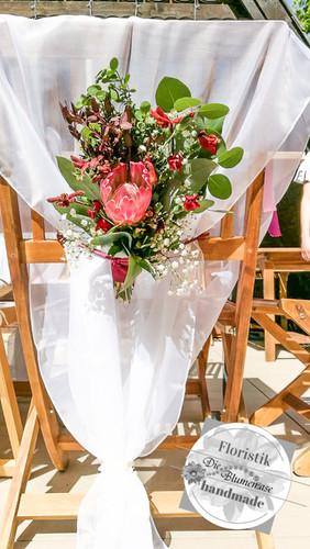 Brautstuhl mit Blumen dekoriert