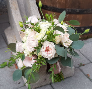 Brautstrauß mit gefüllten Rosen, Eucalypthus, Lysisanthus udn Ruskus