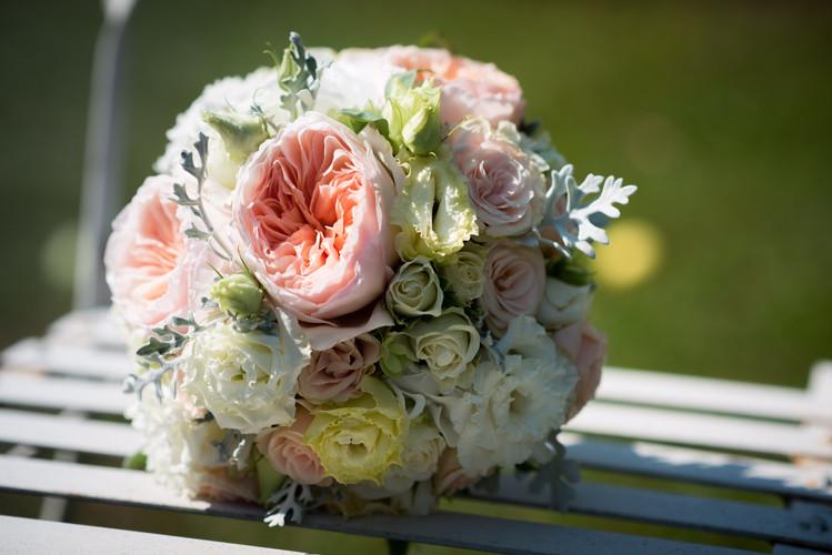 Brautstrauß in Apricot, weiss, hellcreme