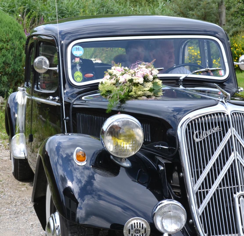 Oltimer mit Blumendekoration für Hochzeit