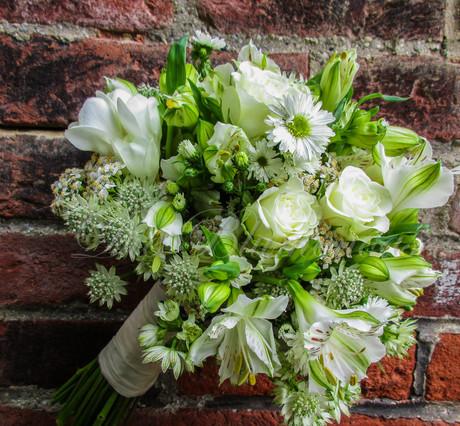 Lockerer Brautstrauß in weiss