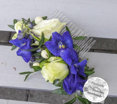 Blüten auf einen Kamm gebunden für die Hochzeitsfrisur